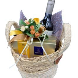 Σύνθεση δώρου σε ψάθινο καλάθι – SD2139